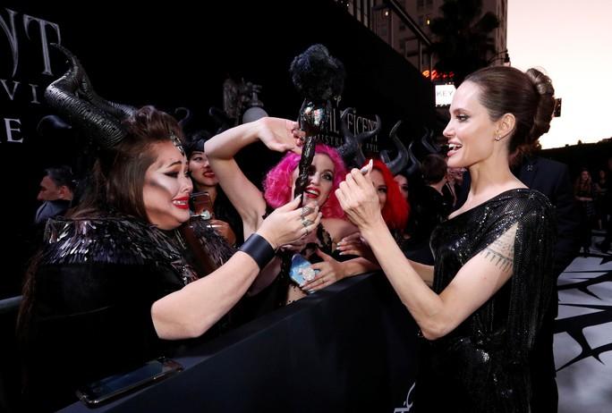 Pax Thiên tháp tùng mẹ nuôi Angelina Jolie trên thảm đỏ - Ảnh 8.