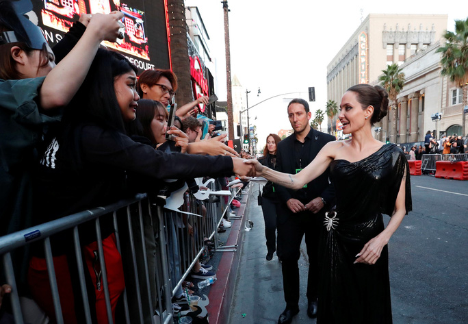 Pax Thiên tháp tùng mẹ nuôi Angelina Jolie trên thảm đỏ - Ảnh 7.
