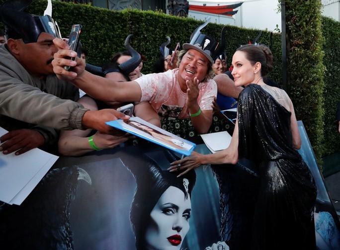 Pax Thiên tháp tùng mẹ nuôi Angelina Jolie trên thảm đỏ - Ảnh 6.