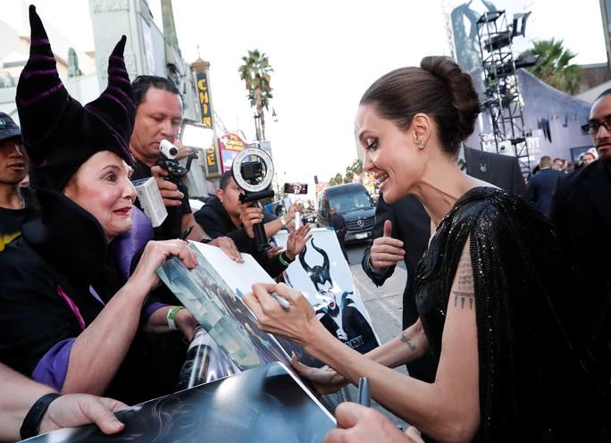 Pax Thiên tháp tùng mẹ nuôi Angelina Jolie trên thảm đỏ - Ảnh 5.