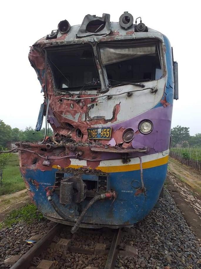 Tàu hỏa tông đứt đôi xe container, tài xế thoát chết - Ảnh 1.