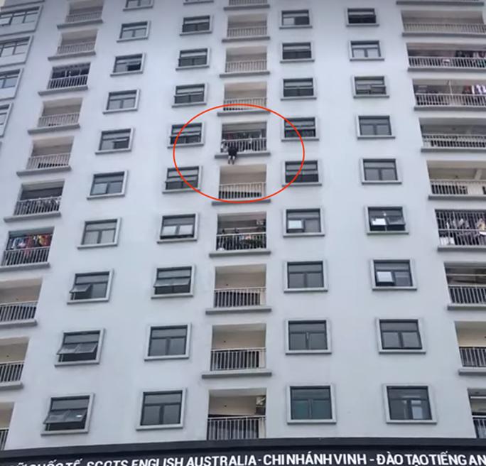 Thót tim cảnh người phụ nữ treo lơ lửng ở tầng 10 chung cư - Ảnh 1.
