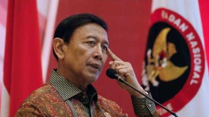 Bộ trưởng An ninh Indonesia bị nghi phạm IS đâm suýt chết - Ảnh 1.