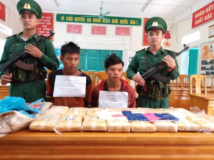 Bắt 2 người Lào vận chuyển 100.000  viên ma túy qua biên giới Việt Nam - Ảnh 1.