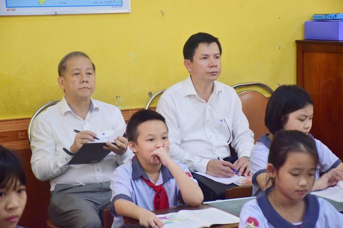 Chủ tịch tỉnh Thừa Thiên- Huế bất ngờ vào dự giờ lớp học - Ảnh 1.