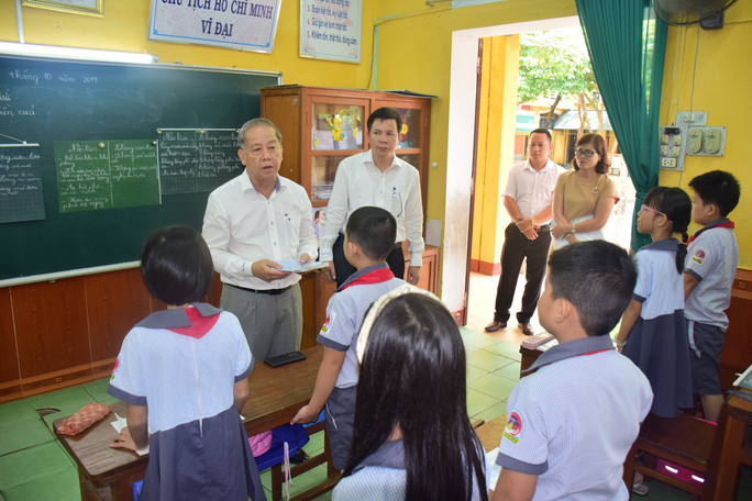 Chủ tịch tỉnh Thừa Thiên- Huế bất ngờ vào dự giờ lớp học - Ảnh 4.