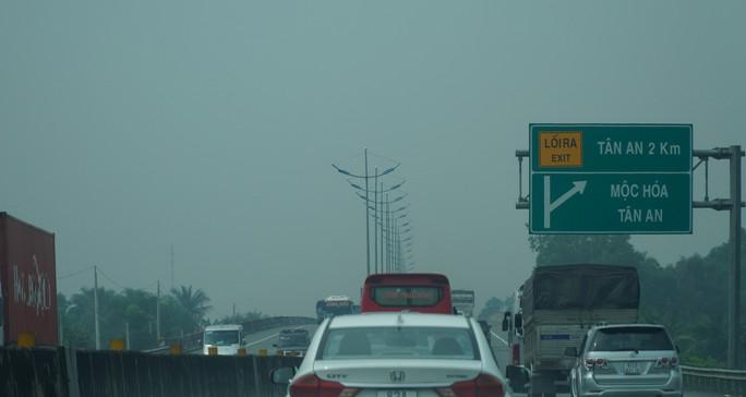 Bầu trời miền Tây đi qua cao tốc TP HCM - Trung Lương trắng đục - Ảnh 1.