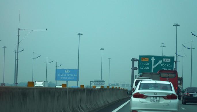 Bầu trời miền Tây đi qua cao tốc TP HCM - Trung Lương trắng đục - Ảnh 3.
