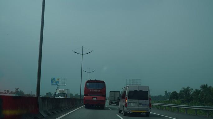 Bầu trời miền Tây đi qua cao tốc TP HCM - Trung Lương trắng đục - Ảnh 4.