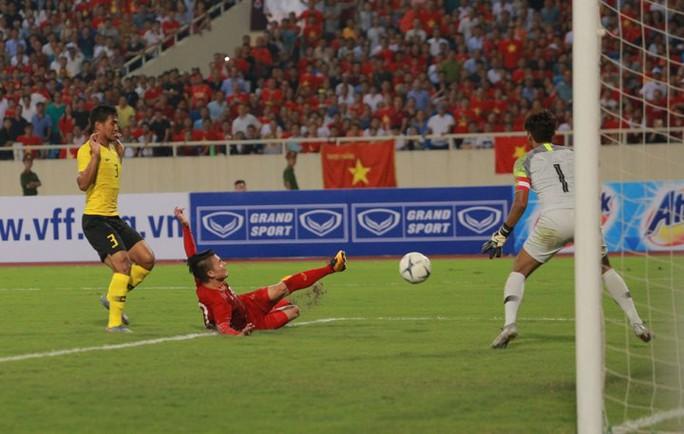 Người hùng Quang Hải nhận thưởng nóng 300 triệu đồng - Ảnh 1.