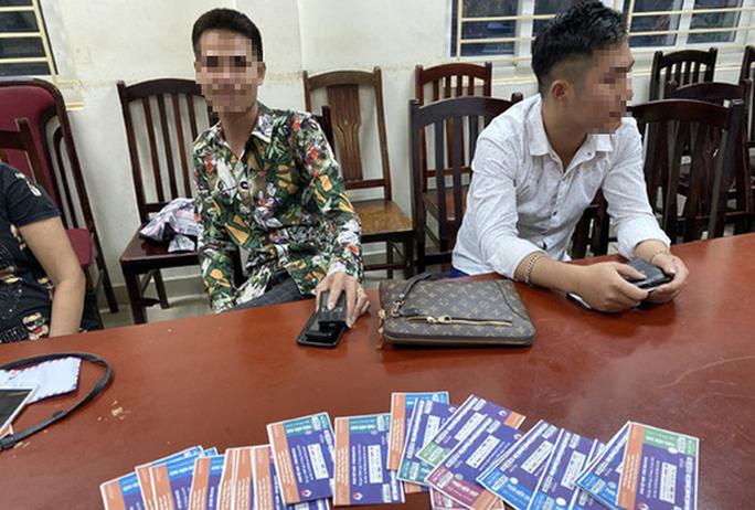 Trước trận Việt Nam-Malaysia, Cảnh sát hình sự mật phục bắt quả tang một loạt cò vé chuyên nghiệp - Ảnh 1.
