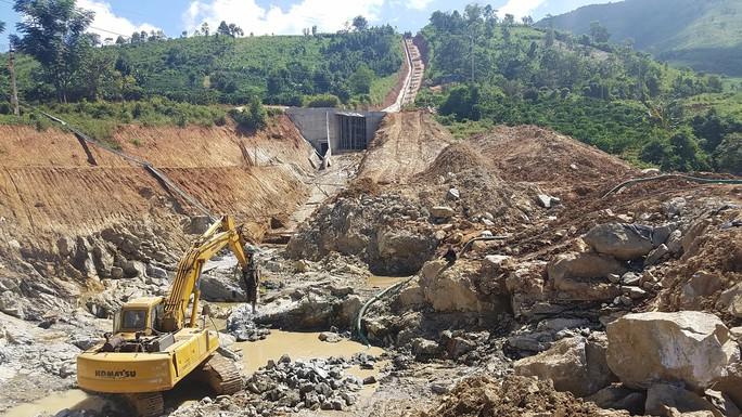 Nổ mìn phá đá xây thủy điện làm thủng nhà dân - Ảnh 2.