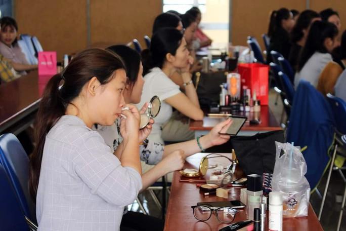 CNVC-LĐ nữ học kỹ năng làm đẹp  - Ảnh 1.