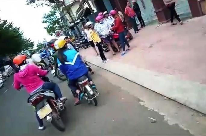 Thực hư clip tố công an phường ở TP Bảo Lộc xịt hơi cay vào mặt người vi phạm - Ảnh 4.