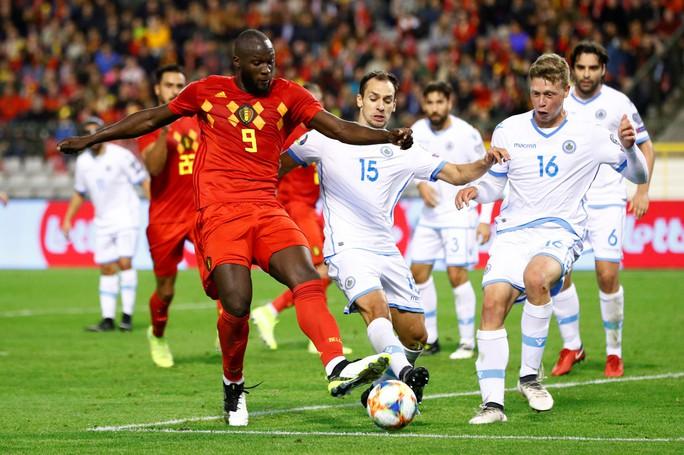 Lukaku lập kỷ lục ghi bàn, Bỉ giành vé đầu tiên đến EURO 2020 - Ảnh 2.