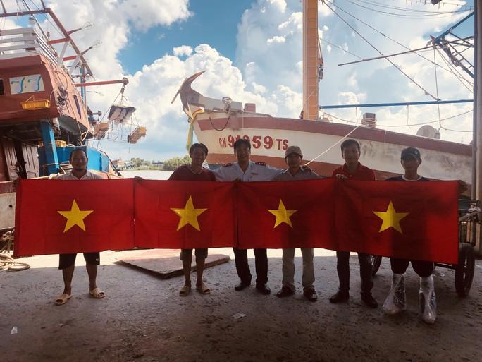 Ngư dân cửa biển Sông Đốc được tiếp thêm sức mạnh từ những lá cờ Tổ quốc - Ảnh 1.