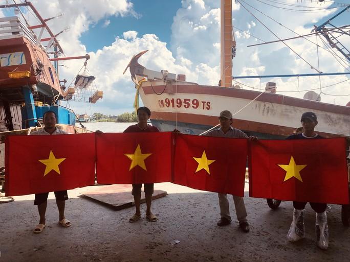 Ngư dân cửa biển Sông Đốc được tiếp thêm sức mạnh từ những lá cờ Tổ quốc - Ảnh 2.