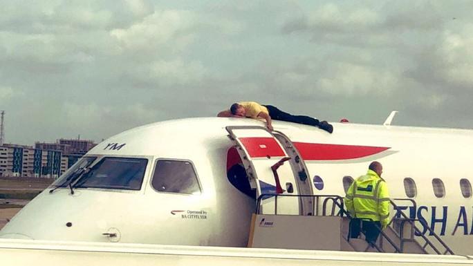 Người khiếm thị leo lên tận nóc máy bay để biểu tình - Ảnh 2.
