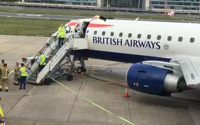 Người khiếm thị leo lên tận nóc máy bay để biểu tình - Ảnh 4.