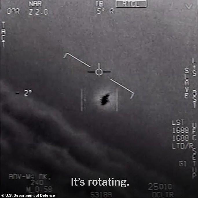 Cựu phi công Hải quân Mỹ tiết lộ về UFO trồi lên từ dưới biển - Ảnh 4.