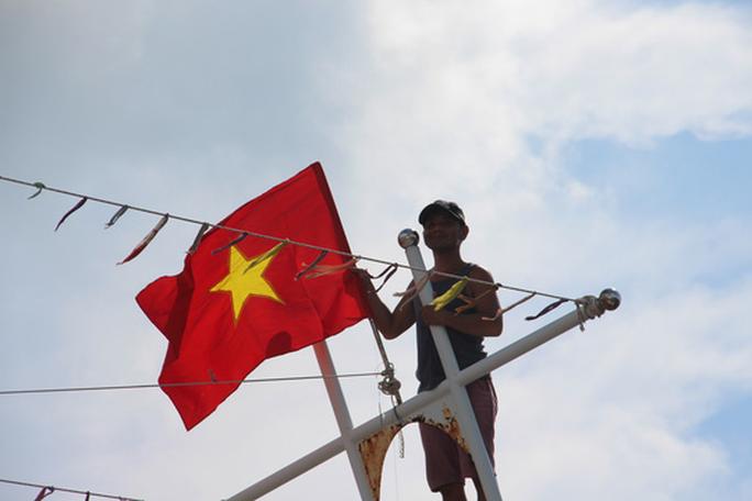 Ngư dân cửa biển Sông Đốc được tiếp thêm sức mạnh từ những lá cờ Tổ quốc - Ảnh 6.