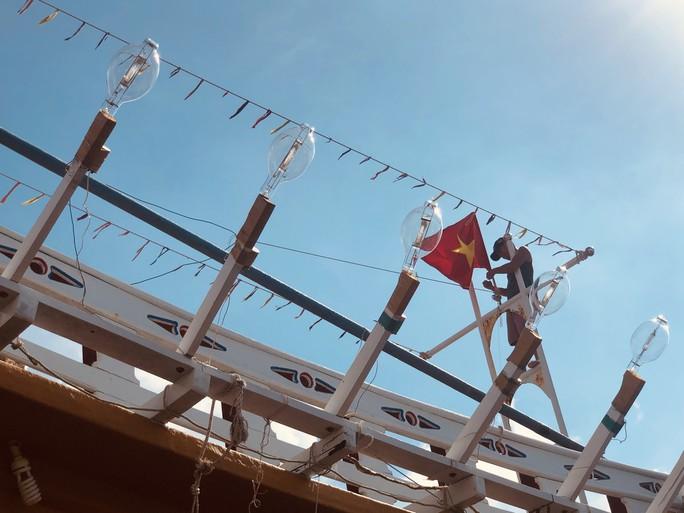Ngư dân cửa biển Sông Đốc được tiếp thêm sức mạnh từ những lá cờ Tổ quốc - Ảnh 5.