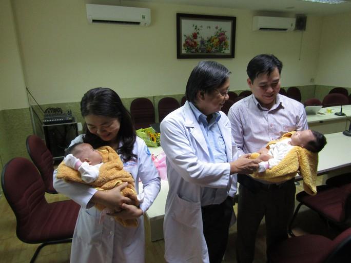 Rụng tim với 2 cô bé song sinh dính liền ngày xuất viện - Ảnh 6.