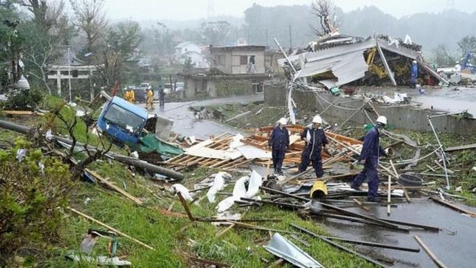 Nhật Bản dồn dập đón bão và động đất - Ảnh 1.