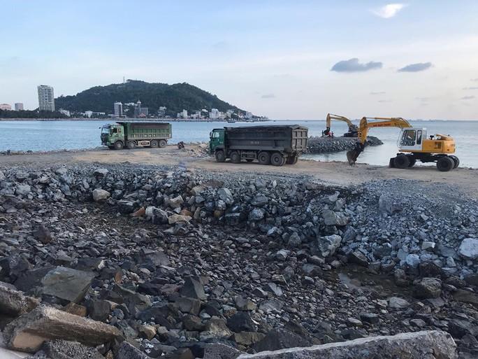 Dự án lấn biển làm thủy cung ở Vũng Tàu: Tỉnh nói ngưng, công trình vẫn thi công! - Ảnh 2.