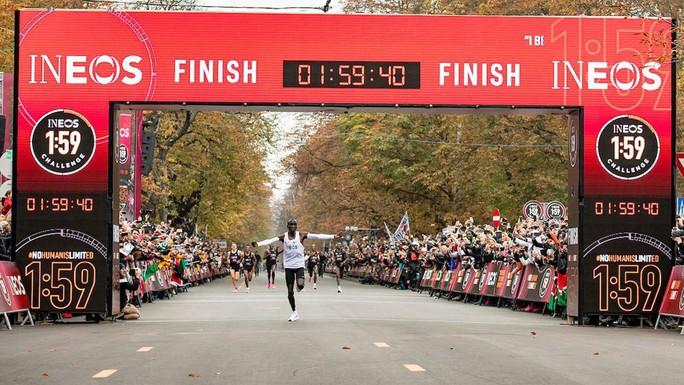 Siêu nhân Eliud Kipchoge chạy marathon dưới mốc 2 giờ - Ảnh 10.