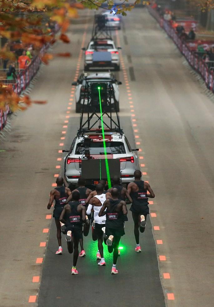 Siêu nhân Eliud Kipchoge chạy marathon dưới mốc 2 giờ - Ảnh 6.