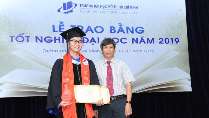 Trường ĐH Mở TP HCM khen thưởng 112 sinh viên tốt nghiệp - Ảnh 1.
