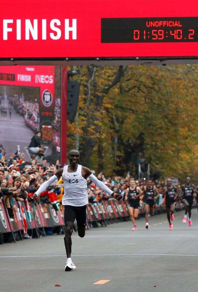 Siêu nhân Eliud Kipchoge chạy marathon dưới mốc 2 giờ - Ảnh 9.
