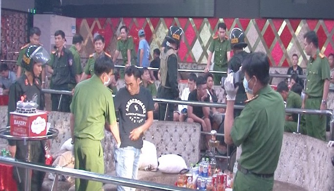 Bắt quả tang nhân viên quán bar bán ma túy cho khách giữa đêm - Ảnh 1.