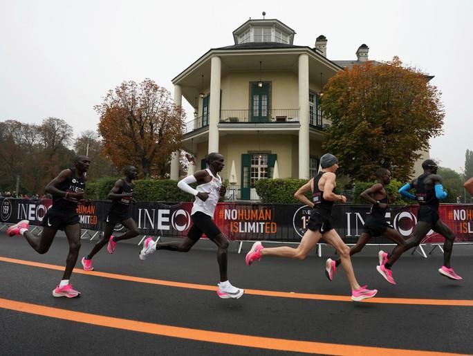 Siêu nhân Eliud Kipchoge chạy marathon dưới mốc 2 giờ - Ảnh 5.