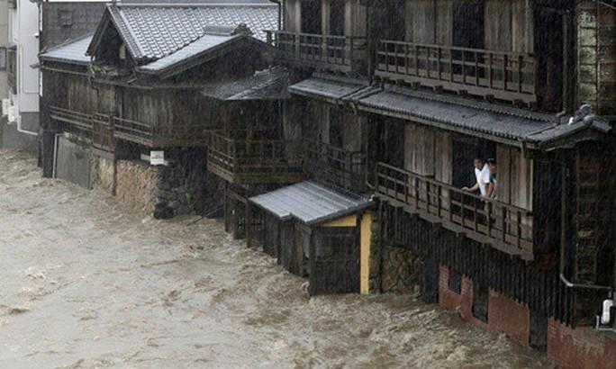 Nhật Bản ngụp lặn trong biển lũ do bão Hagibis - Ảnh 4.