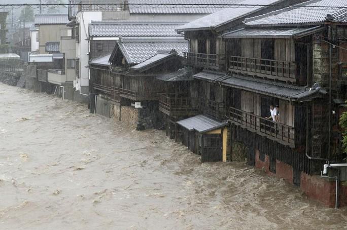 Nhật Bản ngụp lặn trong biển lũ do bão Hagibis - Ảnh 6.
