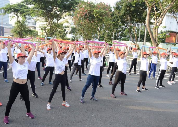 800 phụ nữ thể hiện khỏe, đẹp tự tin - Ảnh 2.