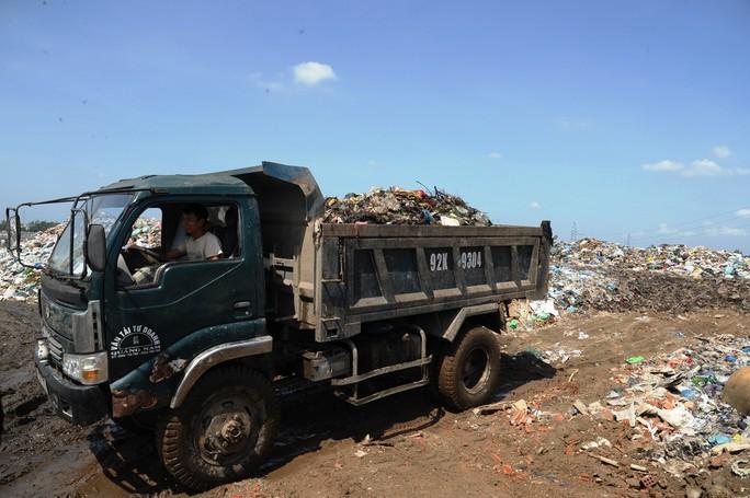 Ứ đọng hơn 270.000 tấn rác, Hội An muốn thu phí môi trường du khách - Ảnh 4.
