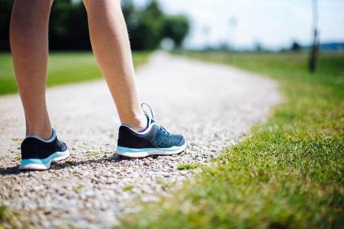 Cách đi bộ này là dấu hiệu của căn bệnh gây chết người thứ 5 thế giới - Ảnh 1.