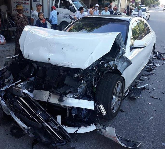 """""""Xế hộp"""" Mercedes nát bét đầu khi tông đuôi xe buýt trên QL1A - Ảnh 1."""