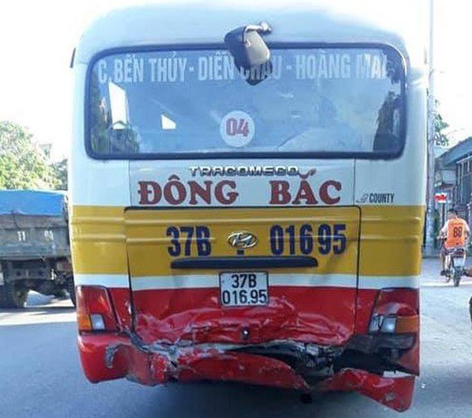 """""""Xế hộp"""" Mercedes nát bét đầu khi tông đuôi xe buýt trên QL1A - Ảnh 2."""
