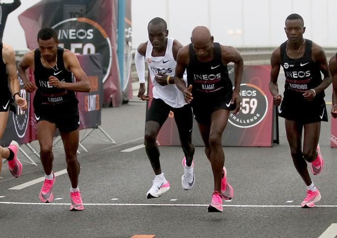 Siêu nhân Eliud Kipchoge chạy marathon dưới mốc 2 giờ - Ảnh 2.