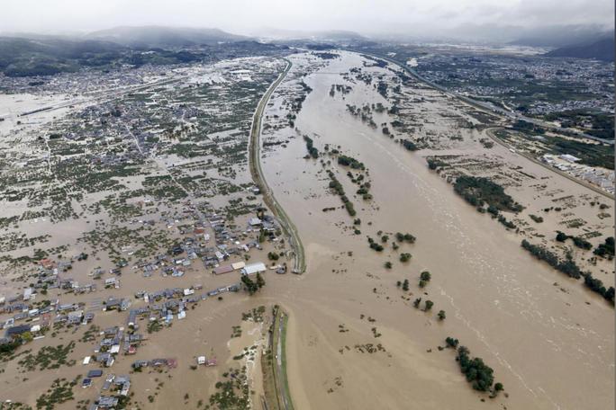 Nhật Bản gửi hàng chục ngàn binh sĩ cứu hộ siêu bão Hagibis - Ảnh 1.