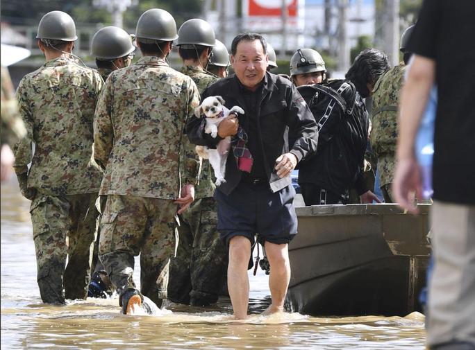 Nhật Bản gửi hàng chục ngàn binh sĩ cứu hộ siêu bão Hagibis - Ảnh 6.