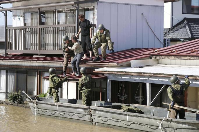 Nhật Bản gửi hàng chục ngàn binh sĩ cứu hộ siêu bão Hagibis - Ảnh 5.