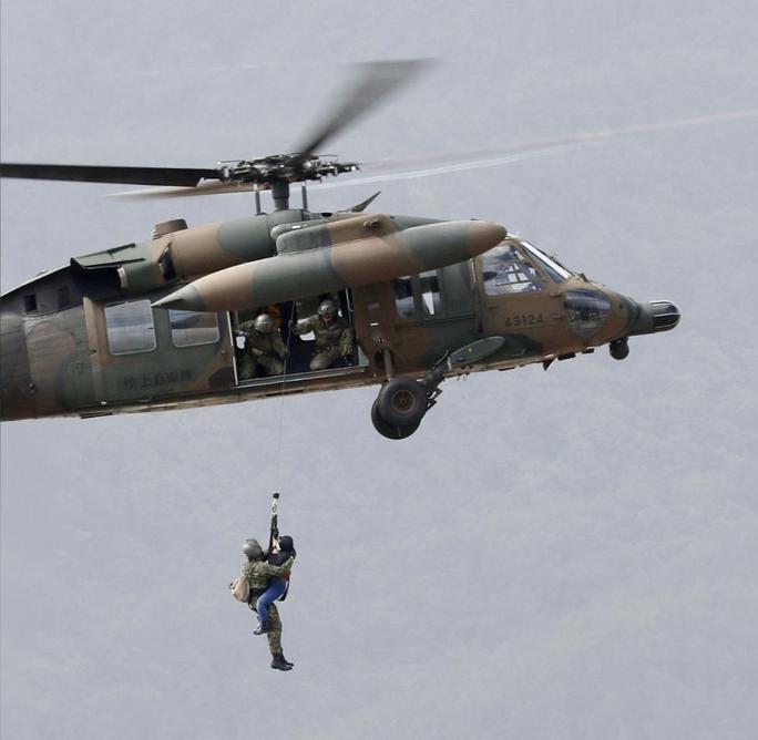 Nhật Bản gửi hàng chục ngàn binh sĩ cứu hộ siêu bão Hagibis - Ảnh 4.