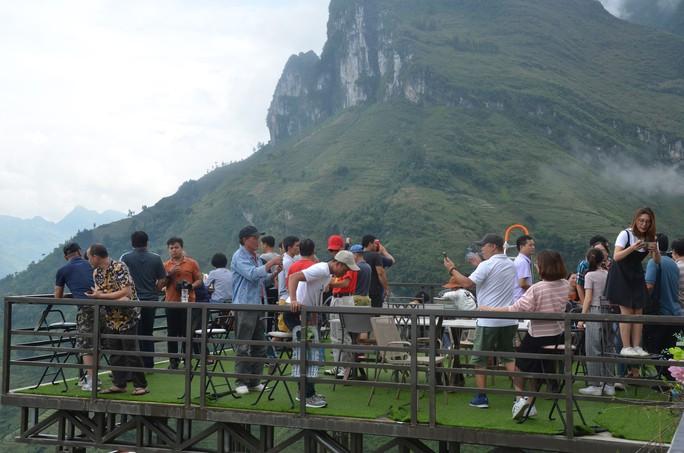 Cận cảnh công trình sai phạm Panorama ở Mã Pí Lèng được phủ xanh chờ tháo dỡ - Ảnh 3.