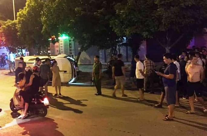 CLIP: Xe bán tải tông xe máy chờ đèn đỏ văng lên vỉa hè, 2 thanh niên thương vong - Ảnh 2.