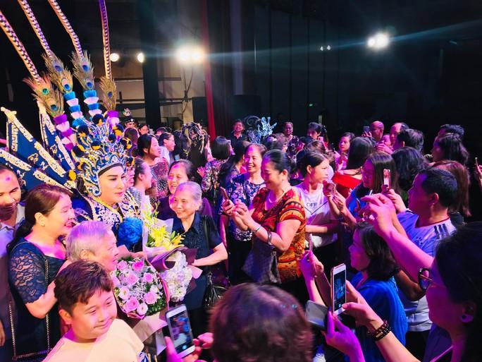 Khán giả Hà Nội xem live show của Kim Tử Long đến nửa đêm - Ảnh 6.